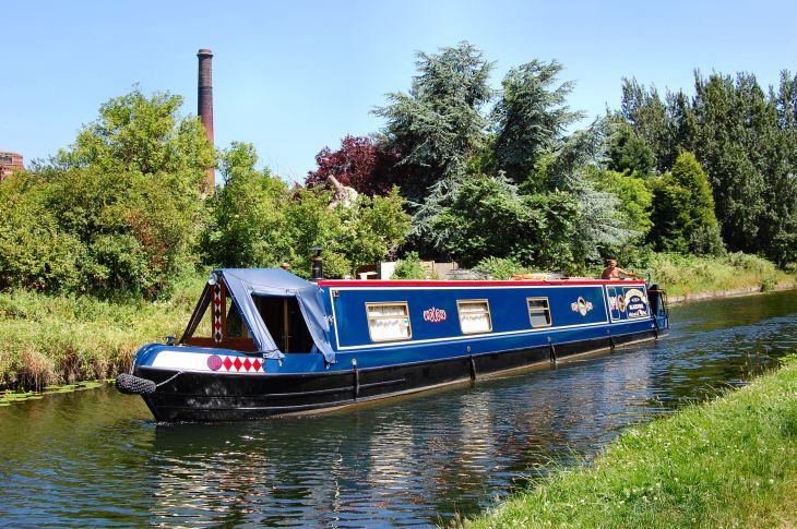 Makron Theatre travels by narrowboat